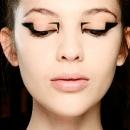 Модный показ Mary Katrantzou, стрелки на глазах