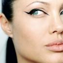 Стрелки на глазах Анджелины Джоли